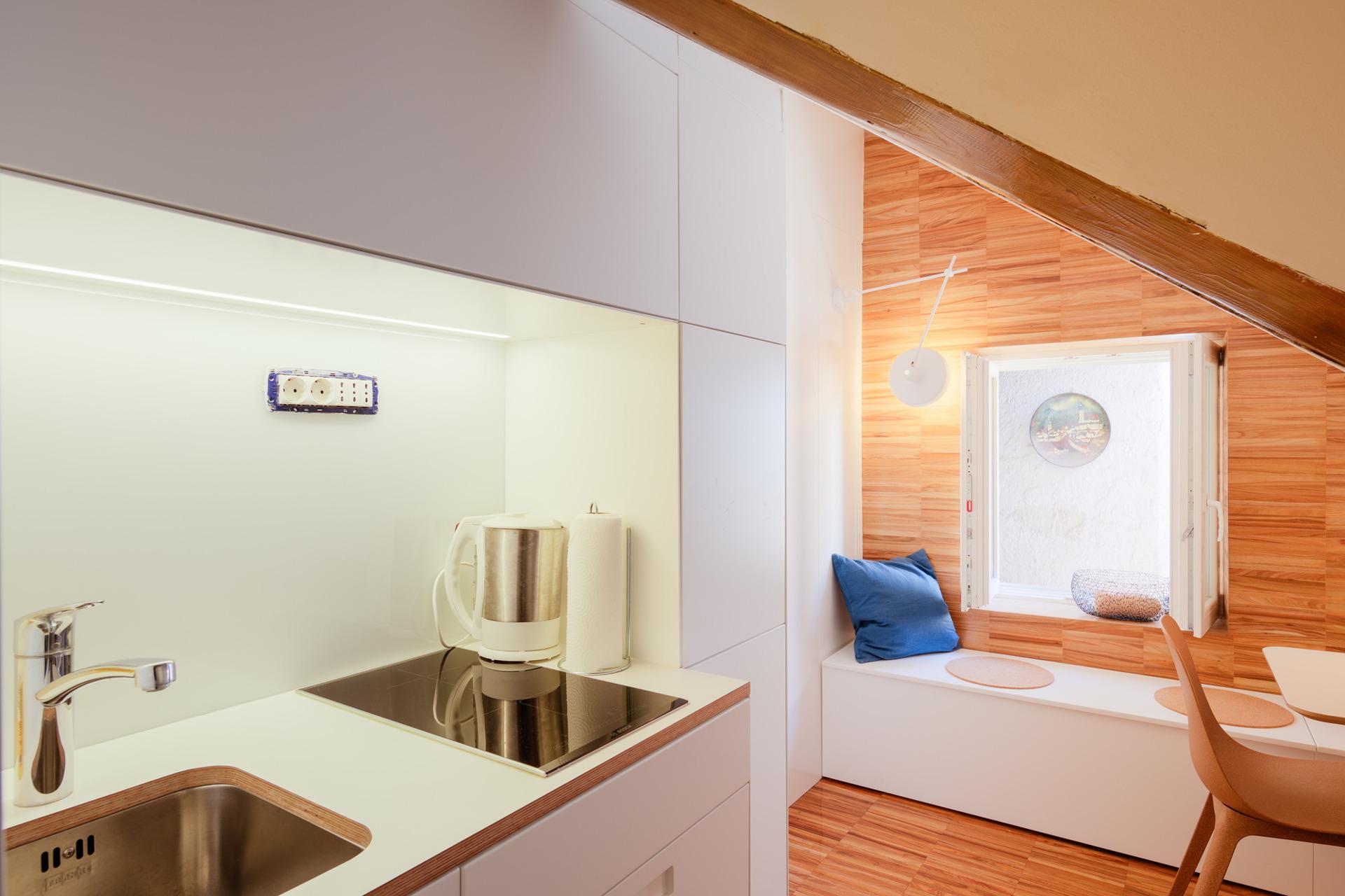 Kuhinja i kupaonica u minijaturnom potkrovlju