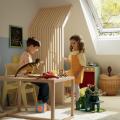 Vesela dječja igra u uređenoj dječjoj sobi